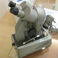 顕微鏡で天然石か合成石かを見分ける